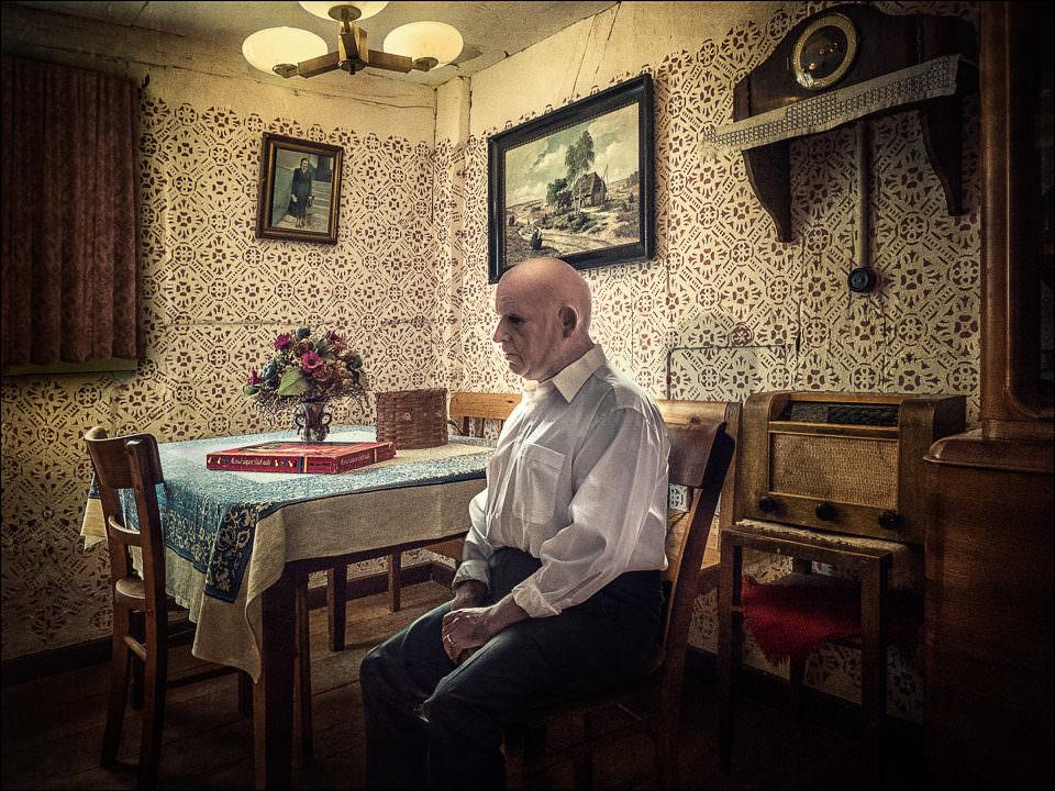 Ein Mann sitzt am Tisch