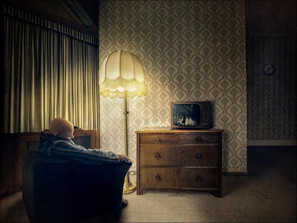 Ein Mann vor einem Fernseher