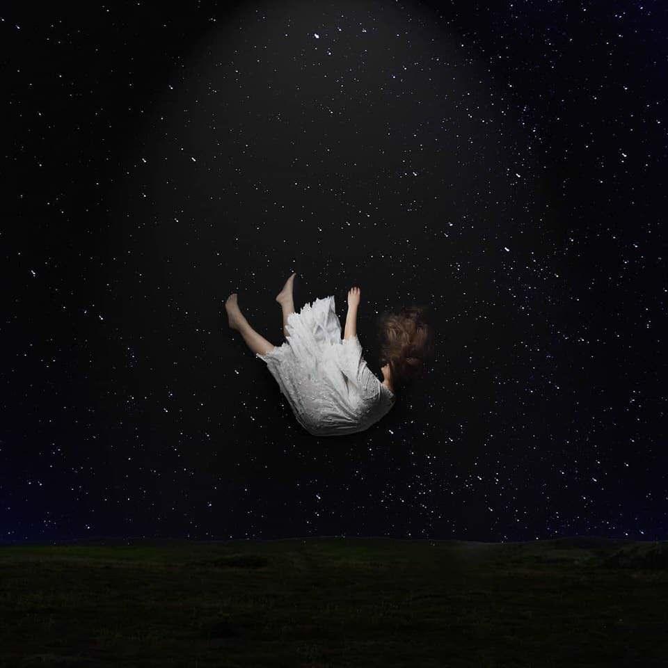 Eine Frau fällt im Dunkeln