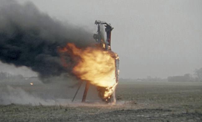 Brennendes Gerüst auf freier Fläche.