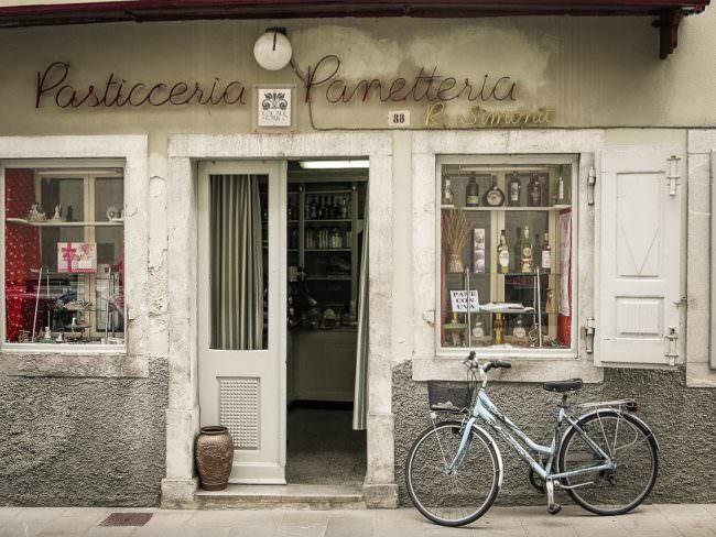 Fahrrad vor einem Geschäft