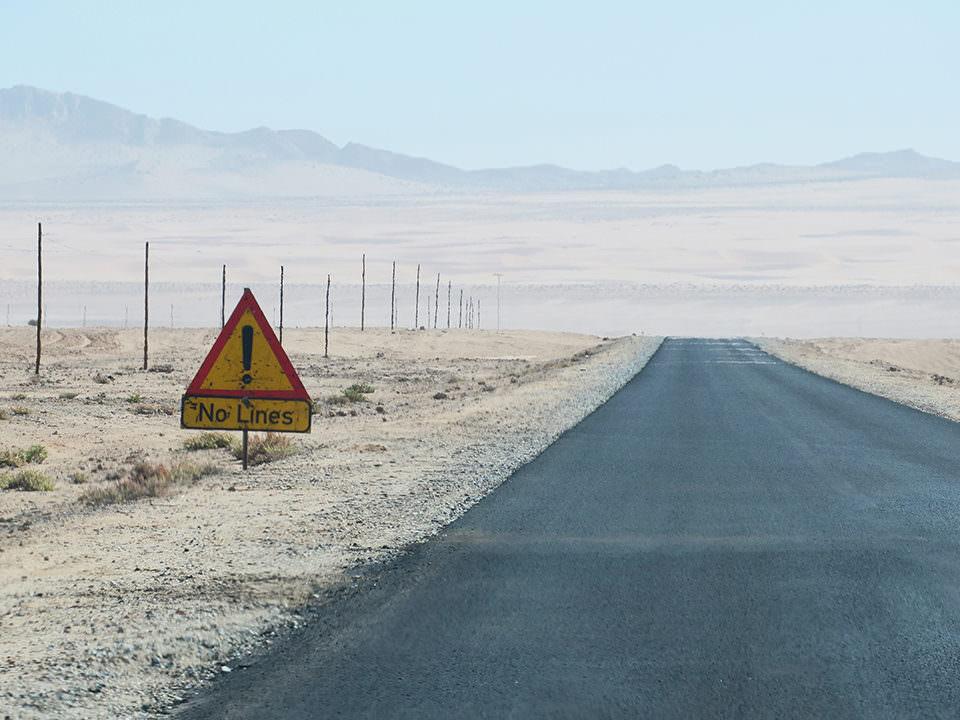 Straße ohne Fahrbahnmarkierung