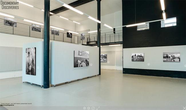 Raumansicht mit Bildern an der Wand.