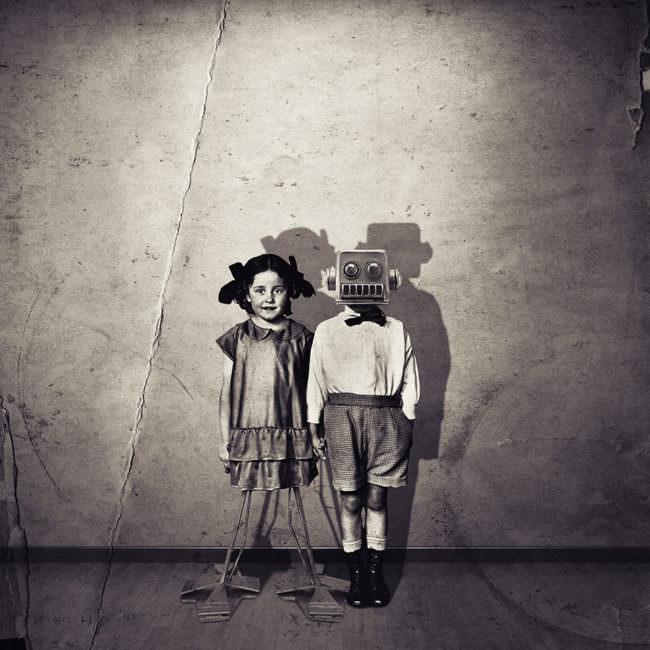 Zwei Kinder mit teils technischen Körperteilen.