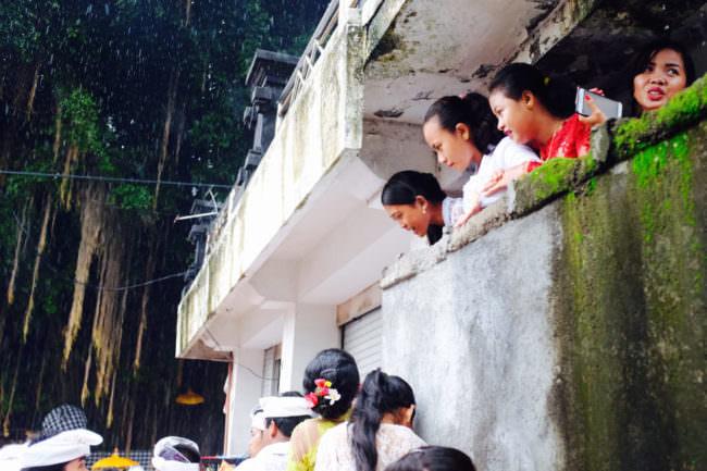 Menschen auf einem Balkon