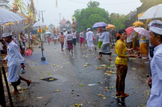 Eine Straßenszene im Regen