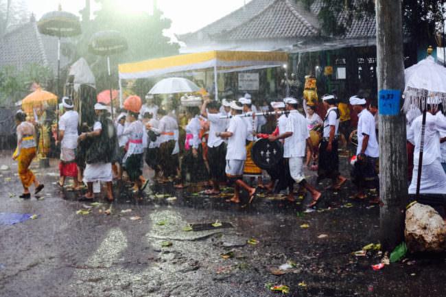 Straßenszene bei Regen
