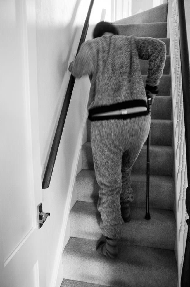 Frau, die eine Treppe hinaufsteigt
