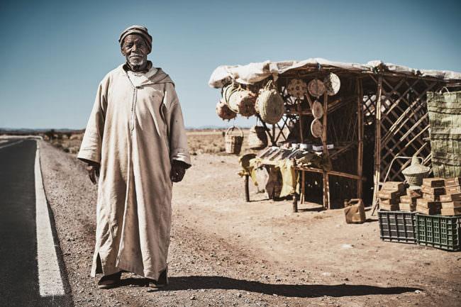 Mann vor einem Straßenladen