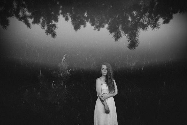 Frau in surrealer Umgebung