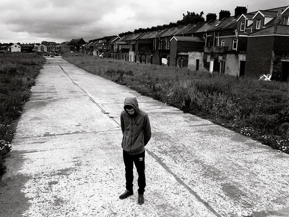 Junge auf einer Straße