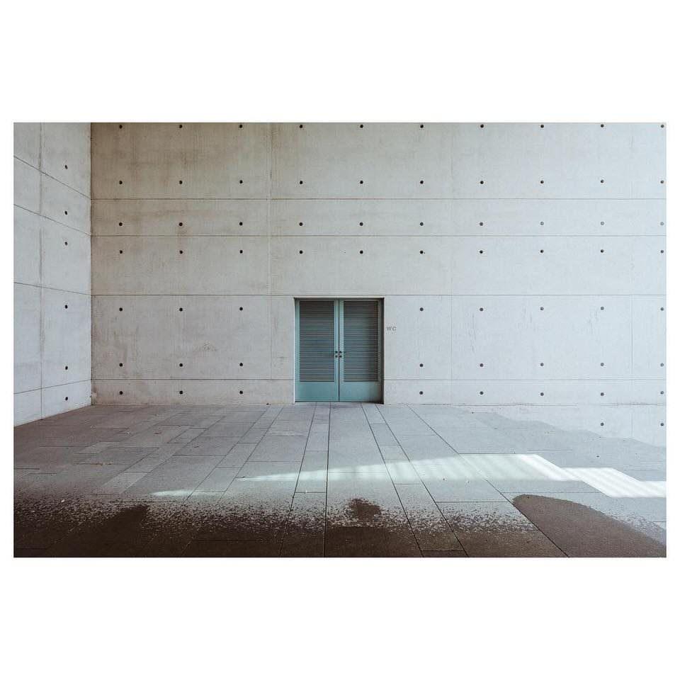 Tür in einer Betonwand