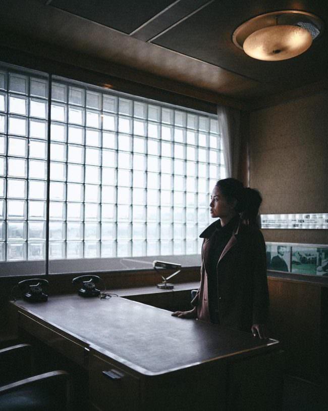 Eine Person sieht aus einem Fenster.