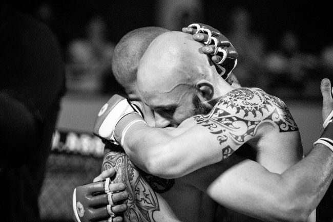 Zwei Boxer umarmen sich