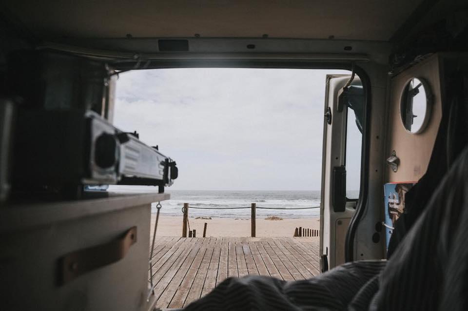 Der Blick aus dem Kofferraum eines Busses auf das Meer.