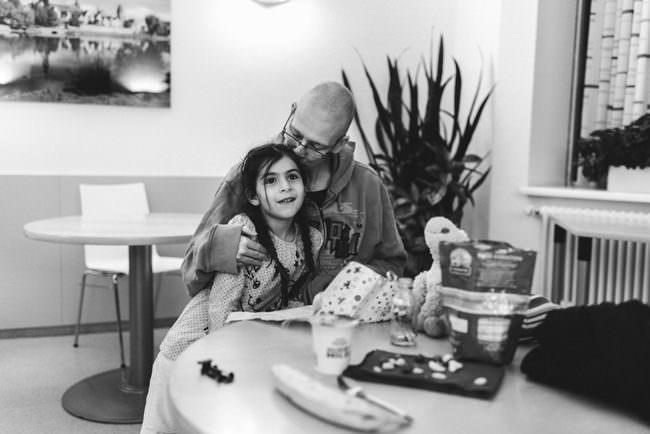 Ein Kind und eine Frau sitzen an einem Tisch