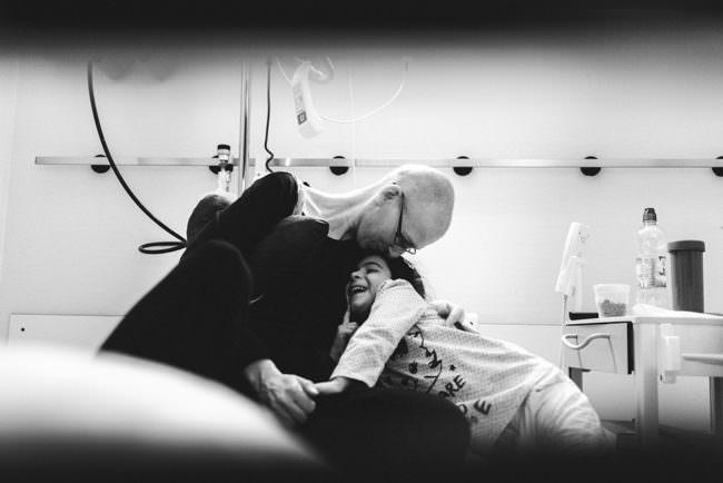 Eine Frau umarmt ein Kind im Krankenhaus