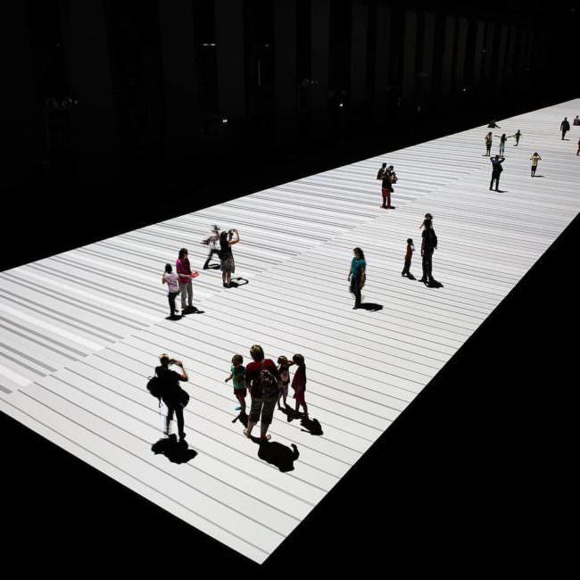 Menschen in einem Lichtschein