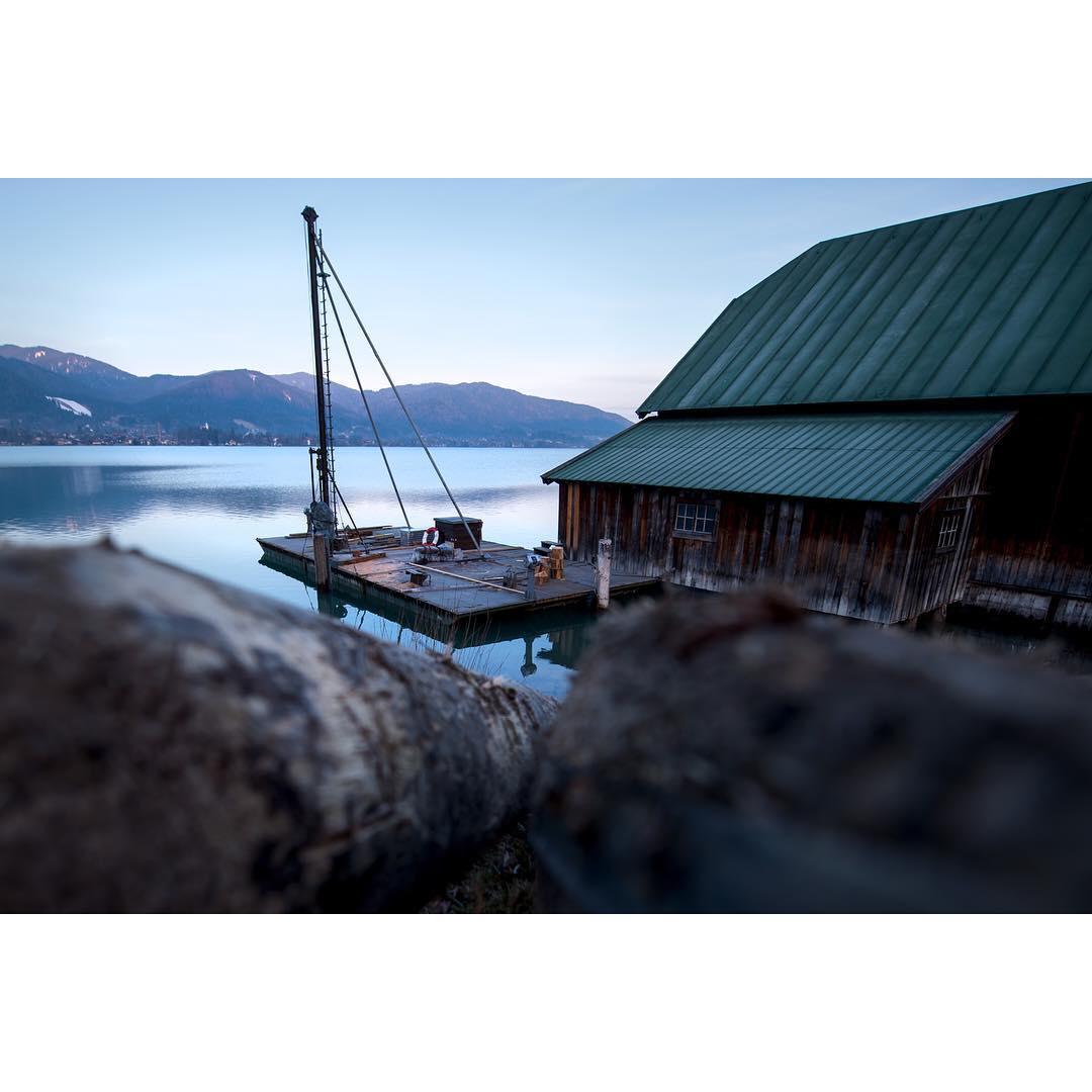 Dock an einem See im Abendlicht.