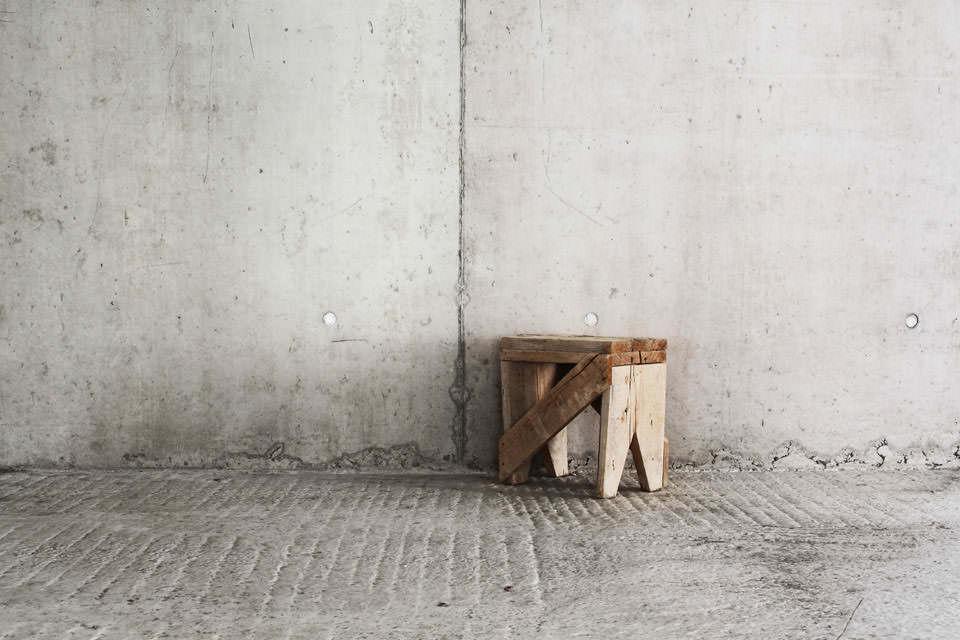 Hocker vor einer Betonwand