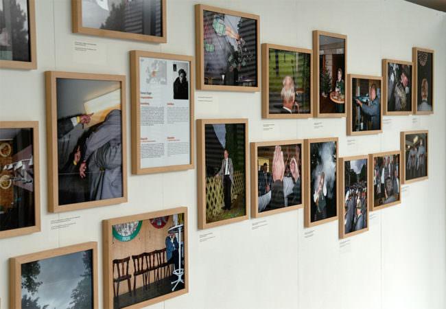Bilder an einer Wand