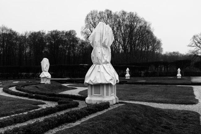 Verhüllte Skulpturen im Park