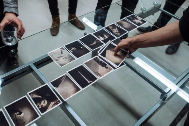 Fotos auf einem Glastisch