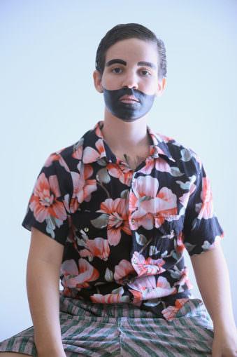 Eine Person mit aufgemaltem Bart