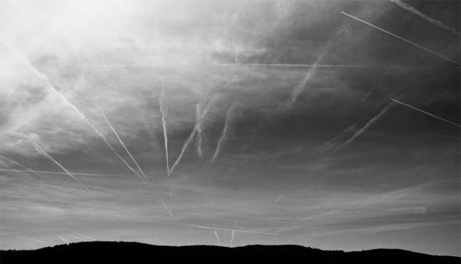 Flugzeugspuren im Himmel