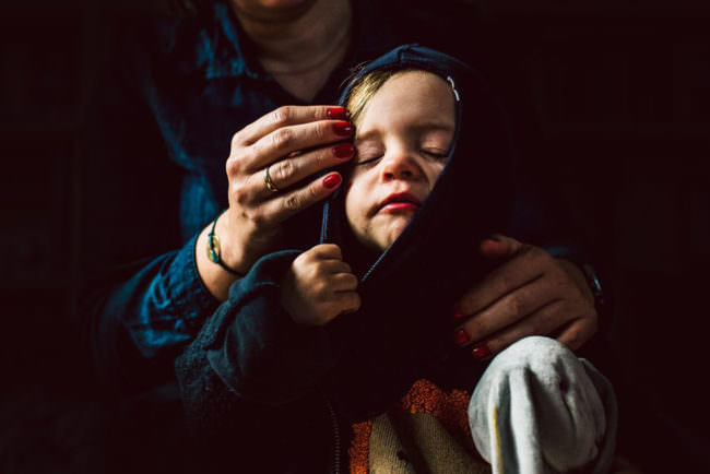 Eine Mutter streichelt das Gesicht eines Kindes