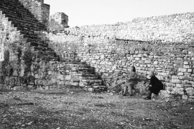 Zwei Frauen an einer Mauer