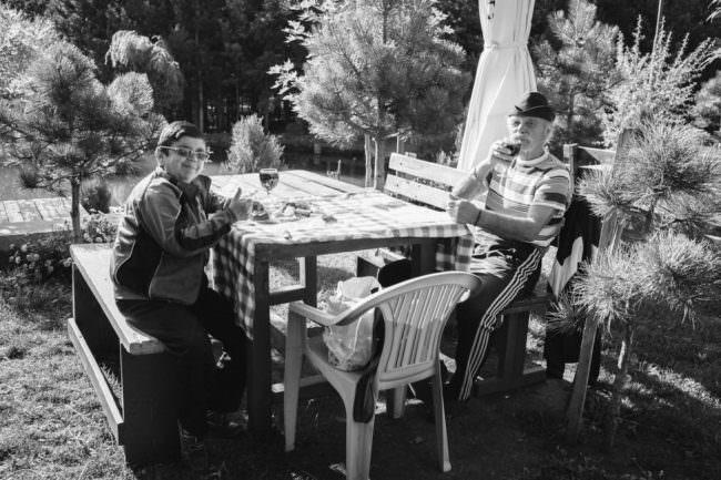 Menschen an einem Tisch