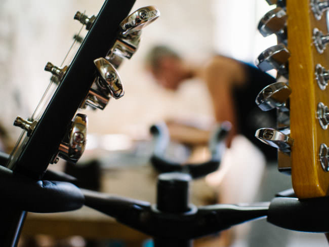 Handwerker in einer Gitarrenwerkstatt