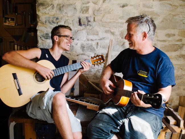 Zwei Männer spielen auf Gitarren