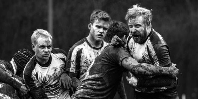 4 rangelnde, dreckverschmierte Sportler.