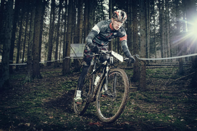 Sportradfahrer im Wald.