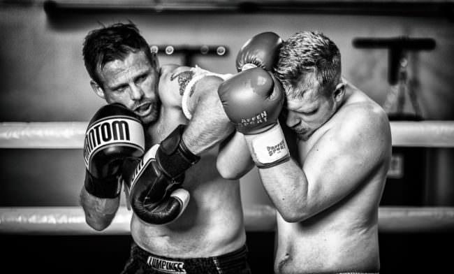 Zwei Boxer im Kampf.