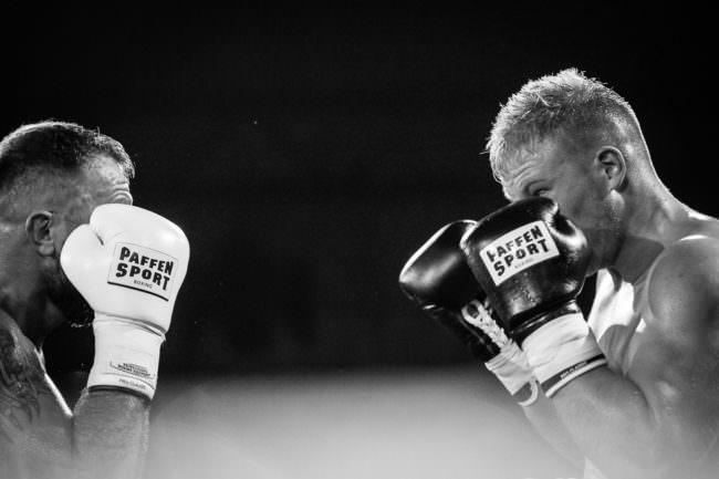 Zwei Boxer stehen sich gegenüber.