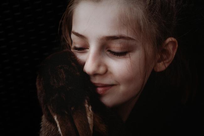 Ein Kind mit Hase