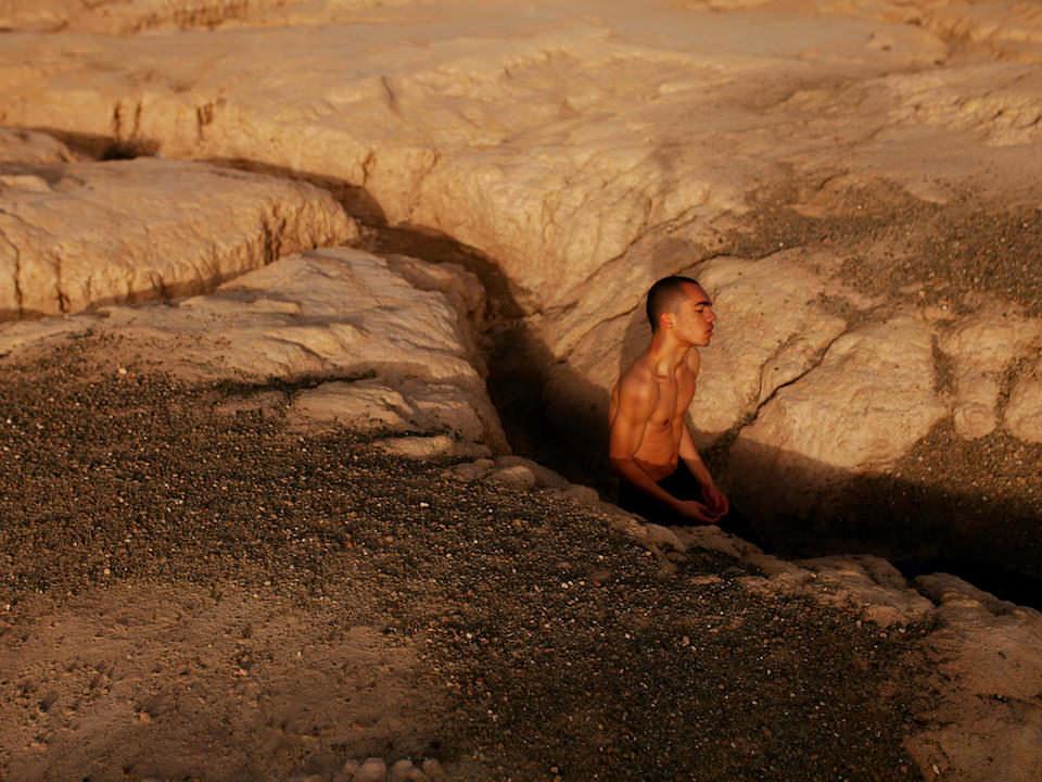 Mann in einem Graben