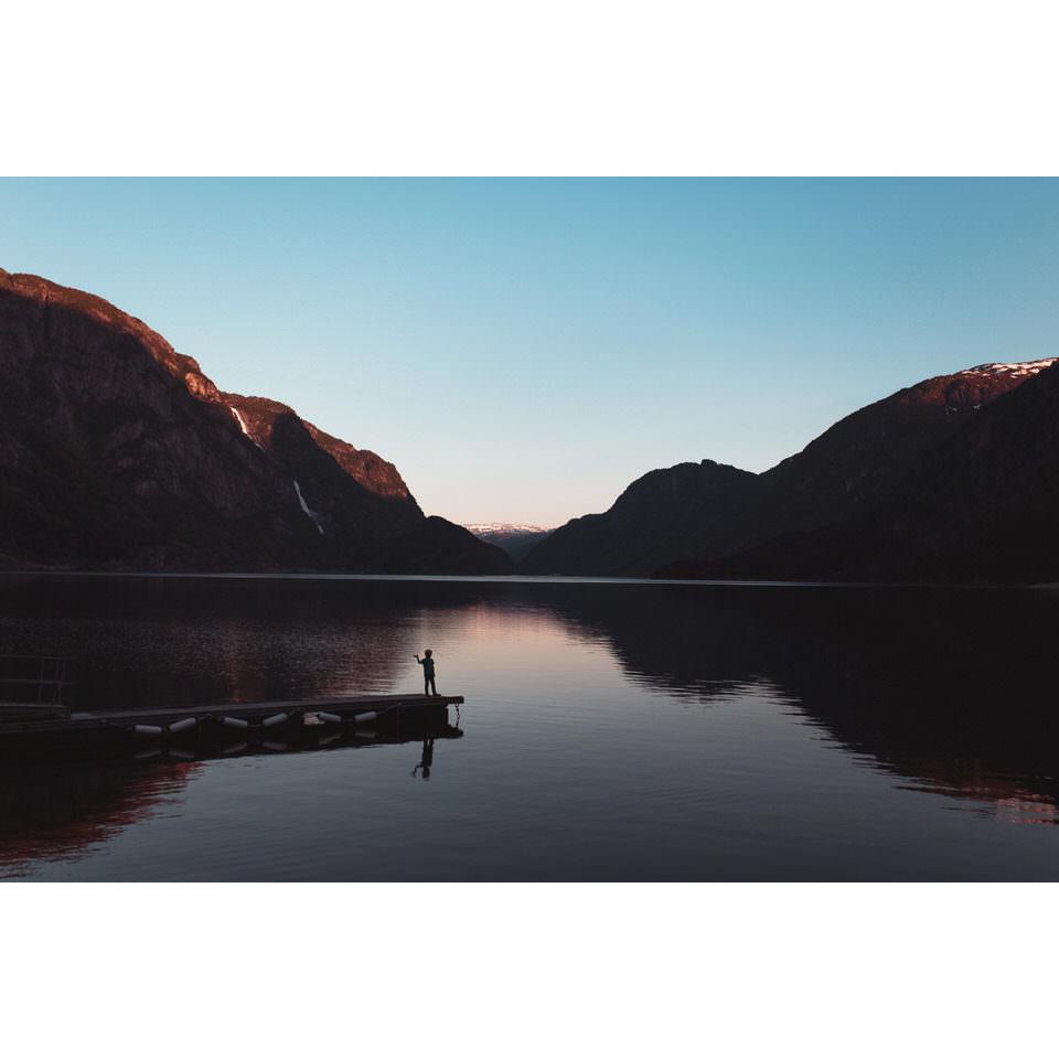 Ein See mit Steg