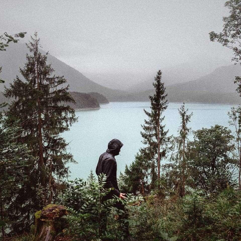 Eine Person vor einem See