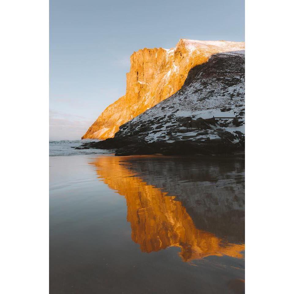 Ein Berg spiegelt sich im Wasser