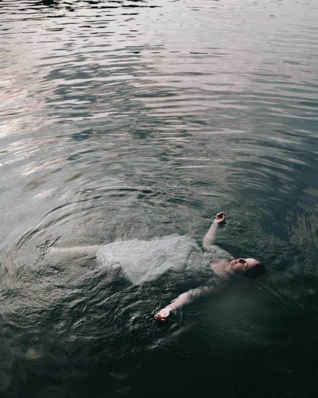 Frau im Kleid im Wasser