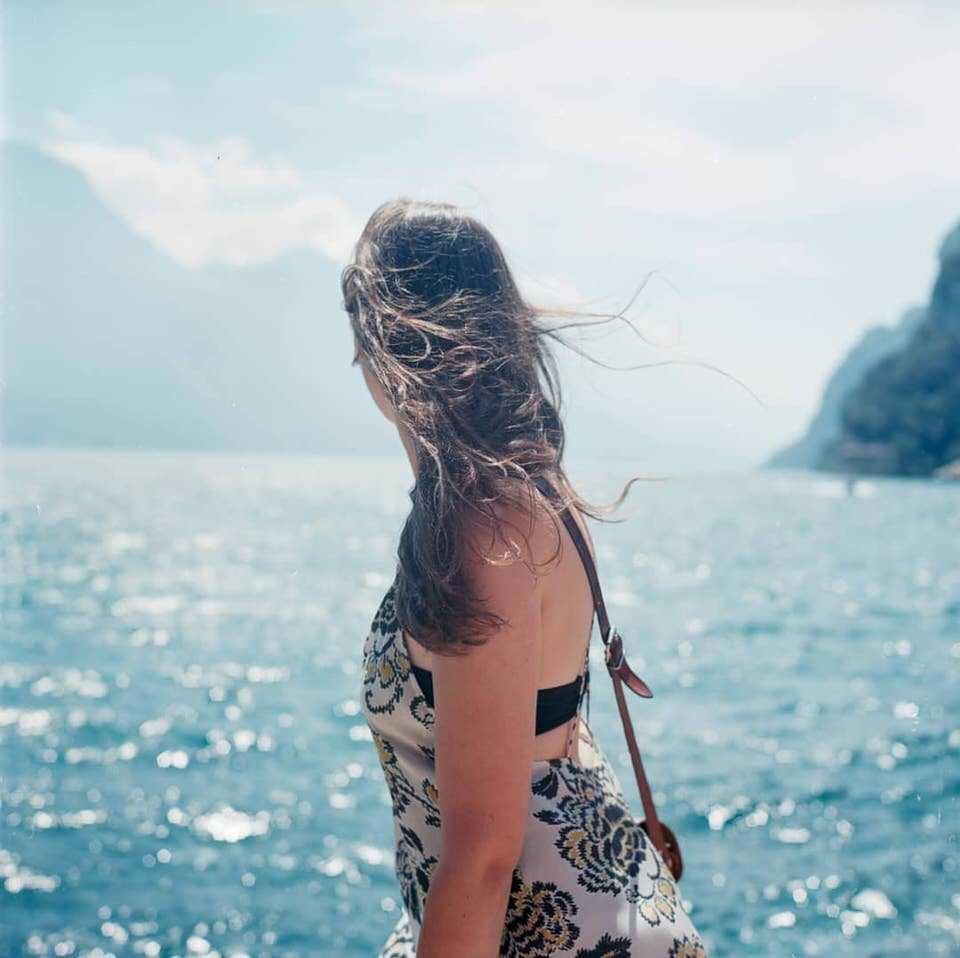 Frau mit Blick aufs Meer