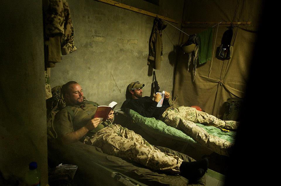 Lesende Bundeswehrsoldaten