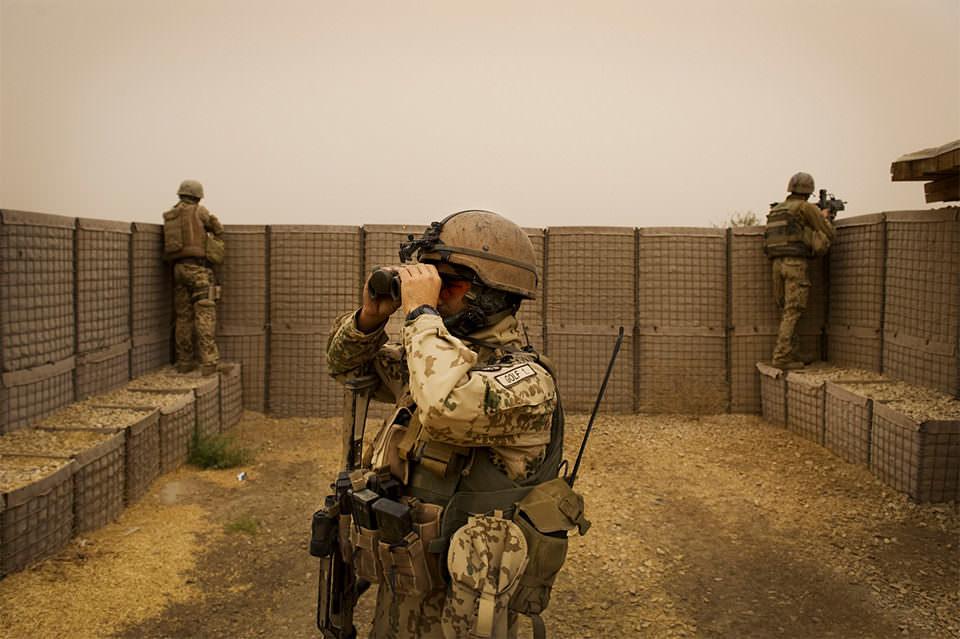 Soldaten sehen durch Ferngläser
