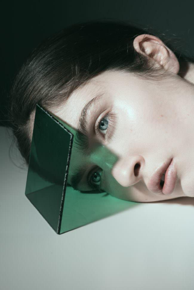 Portrait mit Glasscheibe