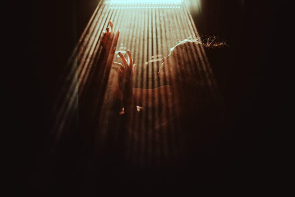 Frau mit Lichtspiel