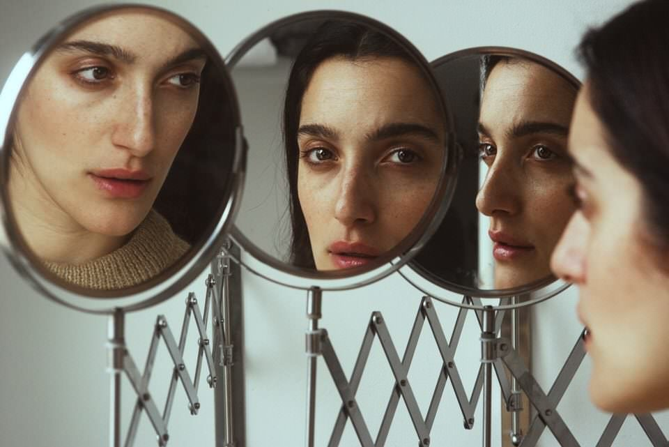 Frau mit Spiegelungen